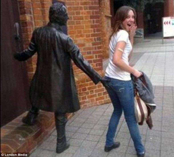 Amazing Funny Pictures of Monuments (14)