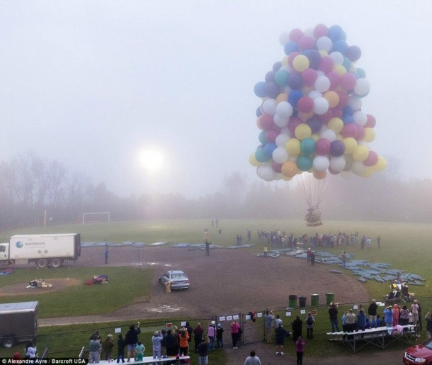 AAmerican Jonathan Trappe has made an attempt to cross the Atlantic Ocean on a bunch of 375 colorful balloons, inflated with helium. The flight began in the morning on September 12. Basket of the balloon - an unusual, it can turn into an inflatable boat if still adventurer will be forced to land in the sea .. (2)