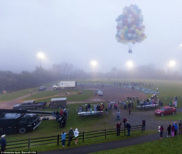 AAmerican Jonathan Trappe has made an attempt to cross the Atlantic Ocean on a bunch of 375 colorful balloons, inflated with helium. The flight began in the morning on September 12. Basket of the balloon - an unusual, it can turn into an inflatable boat if still adventurer will be forced to land in the sea .. (3)