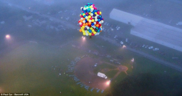 AAmerican Jonathan Trappe has made an attempt to cross the Atlantic Ocean on a bunch of 375 colorful balloons, inflated with helium. The flight began in the morning on September 12. Basket of the balloon - an unusual, it can turn into an inflatable boat if still adventurer will be forced to land in the sea .. (4)