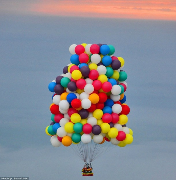 AAmerican Jonathan Trappe has made an attempt to cross the Atlantic Ocean on a bunch of 375 colorful balloons, inflated with helium. The flight began in the morning on September 12. Basket of the balloon - an unusual, it can turn into an inflatable boat if still adventurer will be forced to land in the sea .. (7)