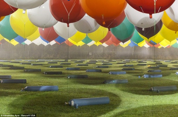 AAmerican Jonathan Trappe has made an attempt to cross the Atlantic Ocean on a bunch of 375 colorful balloons, inflated with helium. The flight began in the morning on September 12. Basket of the balloon - an unusual, it can turn into an inflatable boat if still adventurer will be forced to land in the sea .. (9)