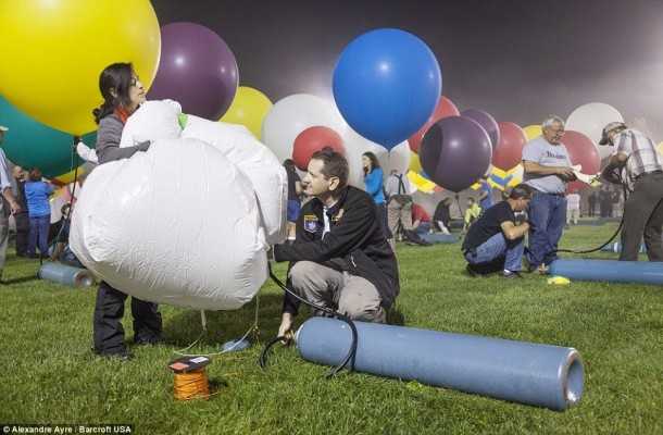 AAmerican Jonathan Trappe has made an attempt to cross the Atlantic Ocean on a bunch of 375 colorful balloons, inflated with helium. The flight began in the morning on September 12. Basket of the balloon - an unusual, it can turn into an inflatable boat if still adventurer will be forced to land in the sea .. (11)