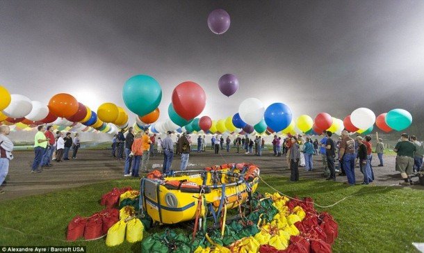 AAmerican Jonathan Trappe has made an attempt to cross the Atlantic Ocean on a bunch of 375 colorful balloons, inflated with helium. The flight began in the morning on September 12. Basket of the balloon - an unusual, it can turn into an inflatable boat if still adventurer will be forced to land in the sea .. (13)