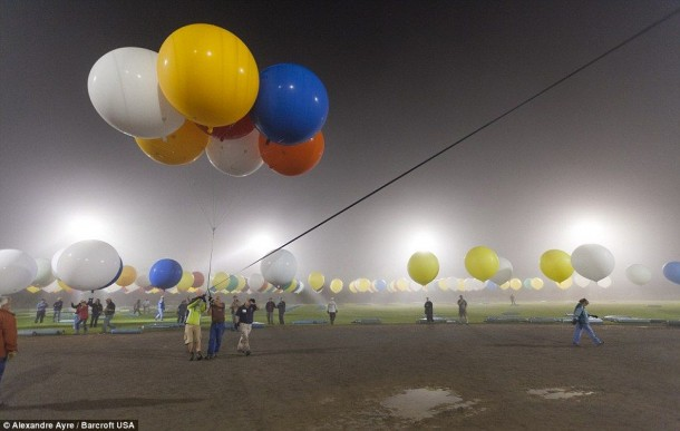 AAmerican Jonathan Trappe has made an attempt to cross the Atlantic Ocean on a bunch of 375 colorful balloons, inflated with helium. The flight began in the morning on September 12. Basket of the balloon - an unusual, it can turn into an inflatable boat if still adventurer will be forced to land in the sea .. (14)