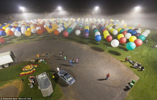 AAmerican Jonathan Trappe has made an attempt to cross the Atlantic Ocean on a bunch of 375 colorful balloons, inflated with helium. The flight began in the morning on September 12. Basket of the balloon - an unusual, it can turn into an inflatable boat if still adventurer will be forced to land in the sea .. (15)