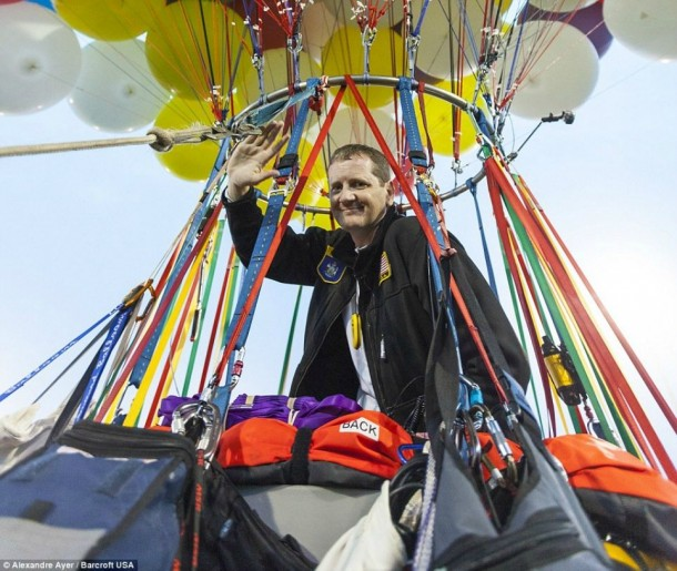 AAmerican Jonathan Trappe has made an attempt to cross the Atlantic Ocean on a bunch of 375 colorful balloons, inflated with helium. The flight began in the morning on September 12. Basket of the balloon - an unusual, it can turn into an inflatable boat if still adventurer will be forced to land in the sea .. (16)