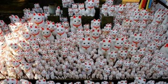 """Alluring cats"": hundreds of statues in a Japanese temple Gotoku-ji"